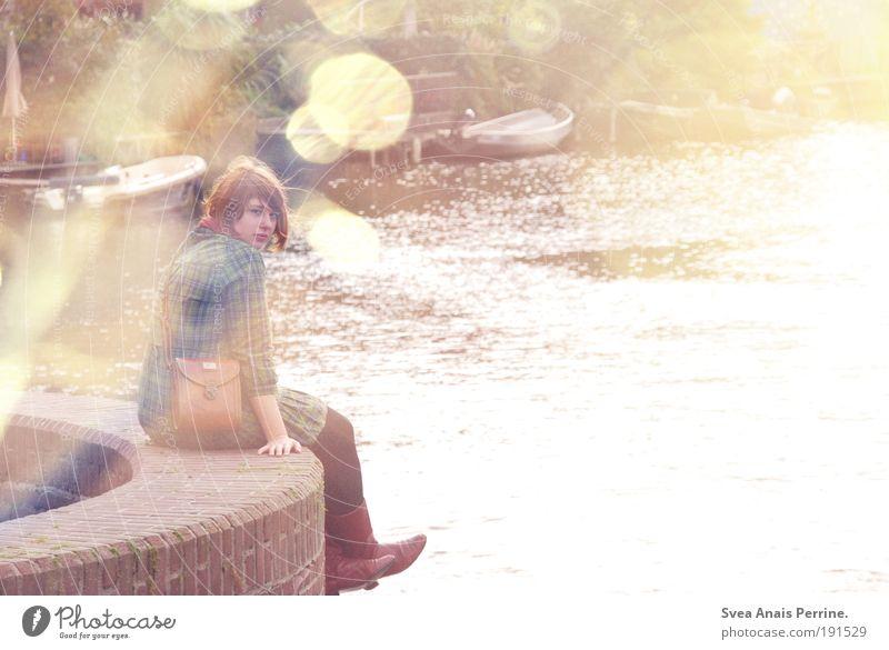 sieh an. Jugendliche Wasser Erwachsene gelb feminin Wand Gefühle Mauer Stein Traurigkeit hell Wasserfahrzeug braun rosa natürlich Design