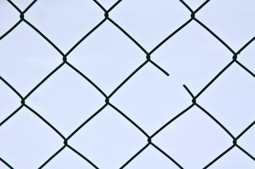 Broken blau Zaun Maschendrahtzaun gebrochen Vernetzung Netz Raster Lücke Symmetrie Linie Netzwerk Störung Knoten Quadrat kaputt Zerstörung Verbundenheit