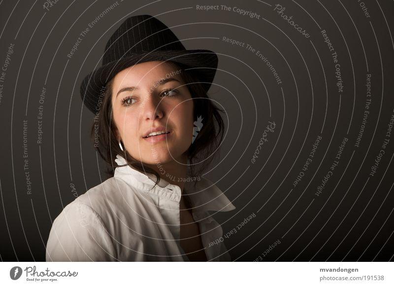 Mensch Jugendliche feminin Porträt Frau Farbfoto Hut Hemd Erwartung schwarzhaarig Junge Frau Perspektive