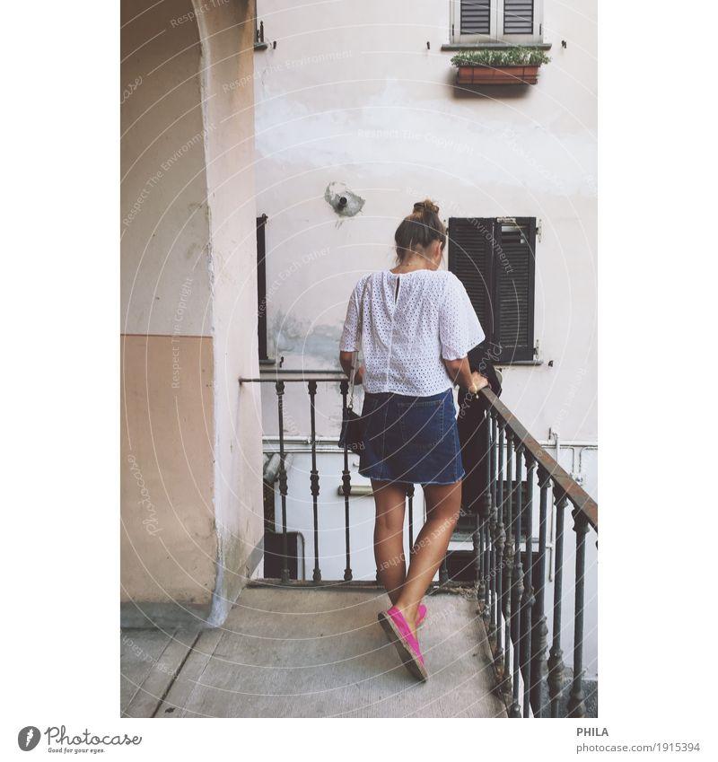 Mädchen am Balkon Lifestyle Sommer Sommerurlaub feminin Junge Frau Jugendliche 18-30 Jahre Erwachsene Stadt Altstadt Fassade Bekleidung T-Shirt Rock brünett