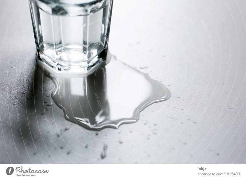 Nach der | Vibration Getränk Trinkwasser Glas Wasserglas Pfütze Fleck nass Missgeschick klecksen Seite verschütten Farbfoto Schwarzweißfoto Gedeckte Farben