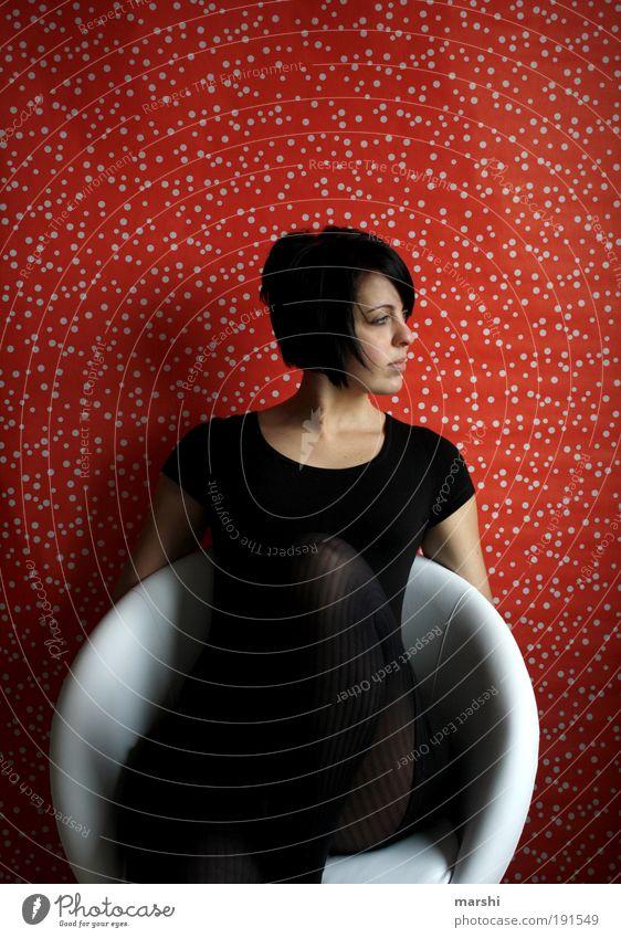 dots per inch Lifestyle Stil Wohnung Mensch feminin Junge Frau Jugendliche Erwachsene 1 Bekleidung brünett sitzen träumen warten rot schwarz Gefühle Stimmung