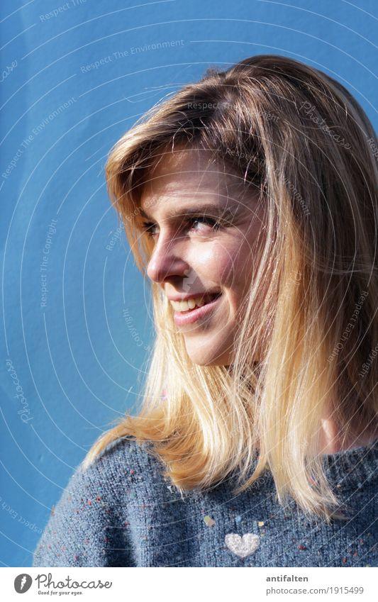 schwungvolle | Frisur Frau Mensch Jugendliche Junge Frau blau schön Freude Gesicht Erwachsene Leben Gesundheit natürlich feminin lachen Glück Haare & Frisuren