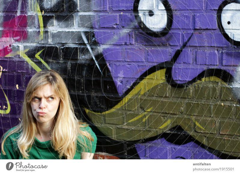Wat glotz'de? Mensch Frau Jugendliche Sommer Junge Frau Freude Gesicht Erwachsene Auge Wand Leben Graffiti lustig feminin Mauer Haare & Frisuren