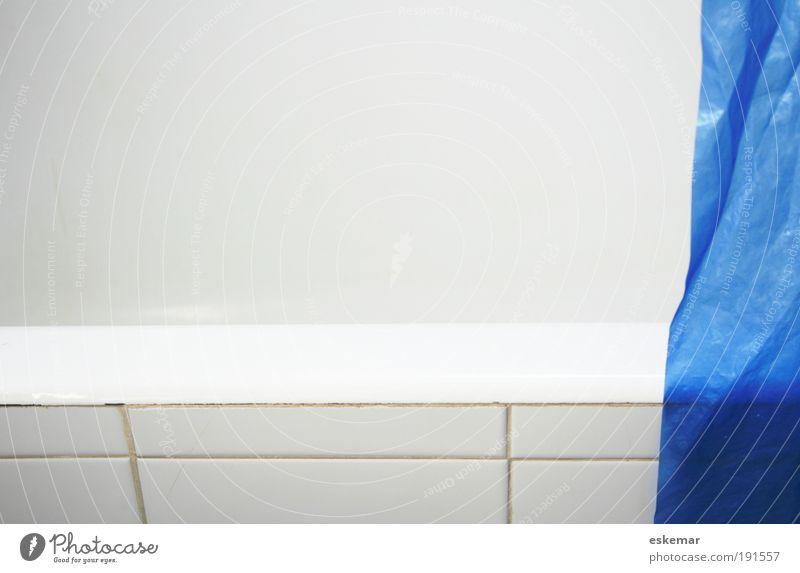 Bad blau weiß schön Ferne Erholung hell Raum Wohnung leer Häusliches Leben Sauberkeit Wellness einfach Kunststoff Badewanne