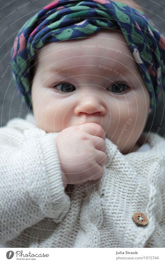Matilda feminin Baby Kindheit Auge 1 Mensch 0-12 Monate Strickjacke Kopftuch liegen träumen Gesundheit niedlich rund blau grün weiß lässig Farbfoto