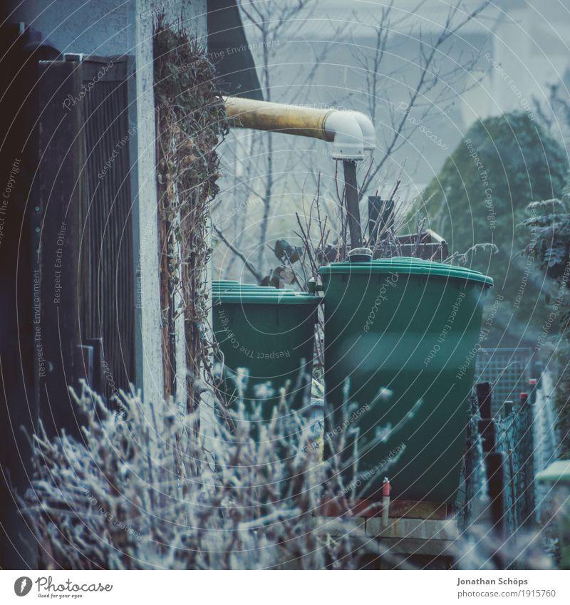Väterchen Frost XVI Winter Natur Pflanze Herbst Nebel Traurigkeit kalt Trauer Einsamkeit Hemmung Vergänglichkeit Jahreszeiten Fass Wasser Wasserfass Garten