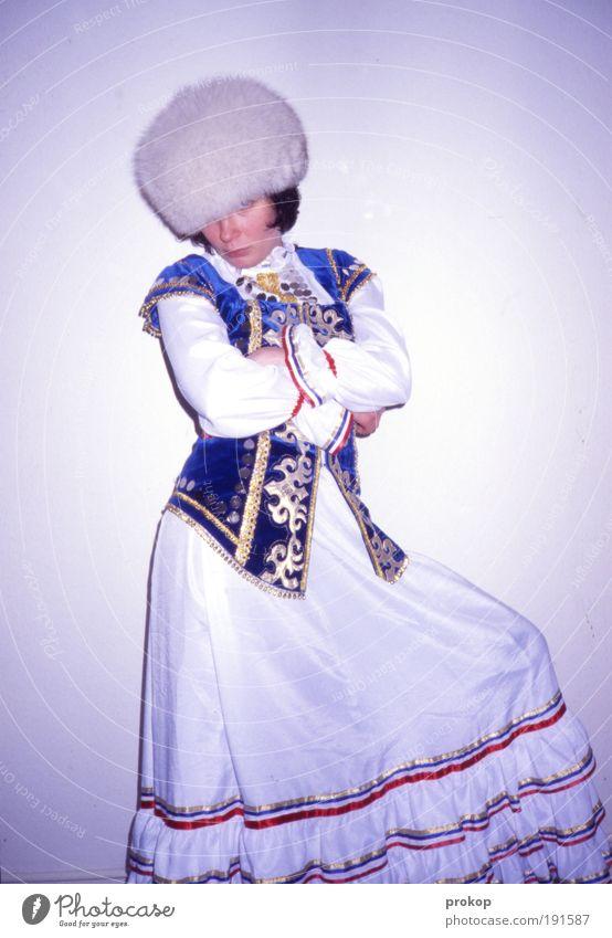 Postkarte aus Kirgisistan Frau Mensch Erwachsene feminin Mode Kraft warten Coolness Stoff Kitsch Fell Karneval historisch trashig positiv frech