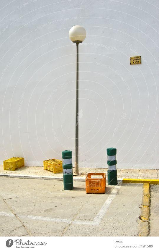 Straßenensemble Menschenleer Mauer Wand Fassade Verkehrszeichen Verkehrsschild Stein Kunststoff Schilder & Markierungen Hinweisschild Warnschild trist Stadt
