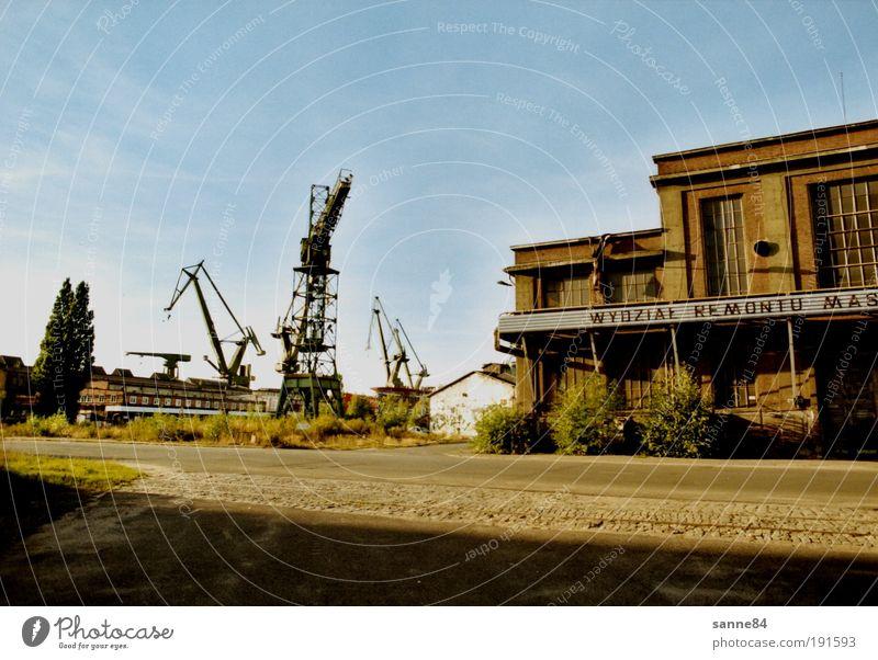 verlassen Stadt Hafenstadt Industrieanlage Ruine Fassade Schifffahrt Beton Metall Stahl Rost Arbeit & Erwerbstätigkeit bauen alt trist Solidarität Erschöpfung