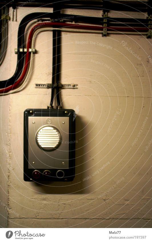 Bunker Notruf Lautsprecher Kabel High-Tech Telekommunikation Informationstechnologie Mauer Wand Beton alt bedrohlich dunkel kalt grau Gegensprechanlage Krieg