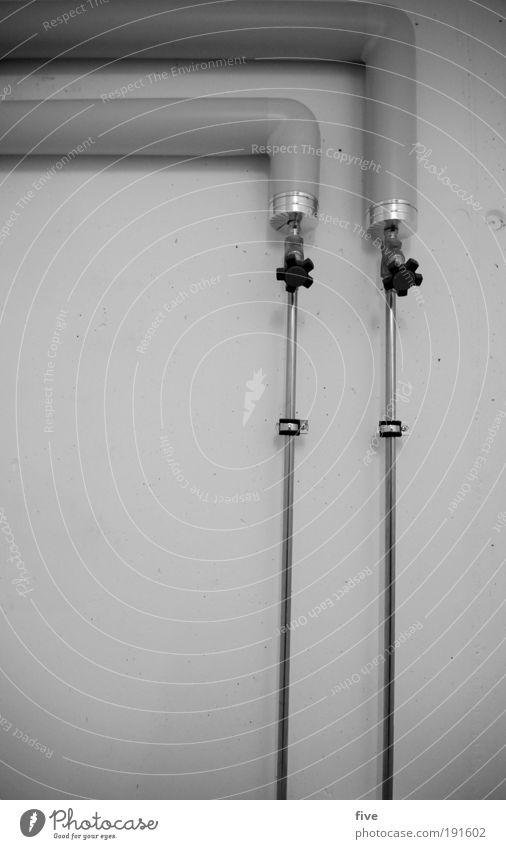 warm und kalt Haus Bauwerk Gebäude Mauer Wand dreckig rund Wärme grau Leitung sanitär Wasser Wasserhahn Rohrleitung Röhren Schwarzweißfoto Textfreiraum links