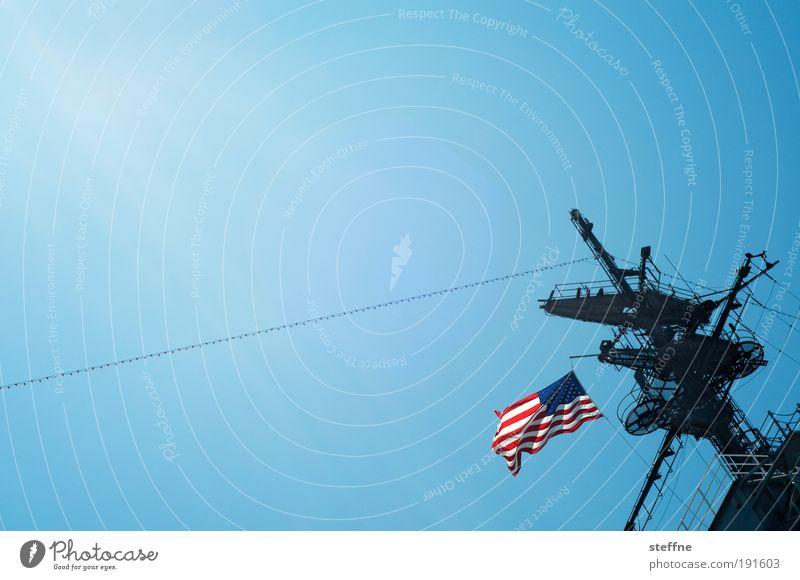 USA, USA! Wolkenloser Himmel Schönes Wetter San Diego Hafenstadt Schifffahrt Kreuzfahrt Passagierschiff Kreuzfahrtschiff Flugzeugträger Militärfahrzeug Stolz