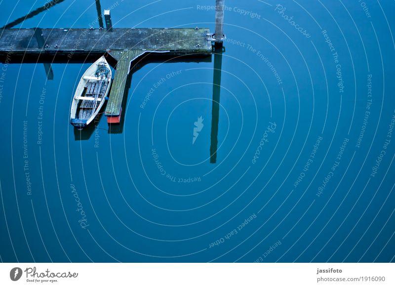 stilles Wasser Hafen Ruderboot Wasserfahrzeug Jachthafen blau ruhig Anlegestelle Kahn Liegeplatz Ruhrgebiet Steg Wasseroberfläche Vogelperspektive Farbfoto