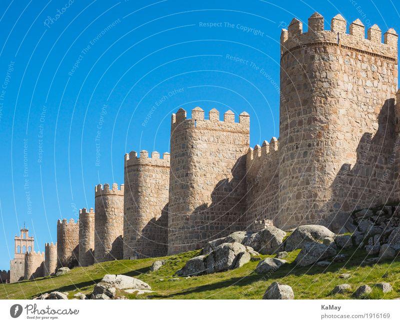 Mächtig Tourismus Sightseeing Ávila Spanien Kleinstadt Menschenleer Turm Bauwerk Architektur Sehenswürdigkeit Wahrzeichen Stadtmauer Stein alt bedrohlich groß