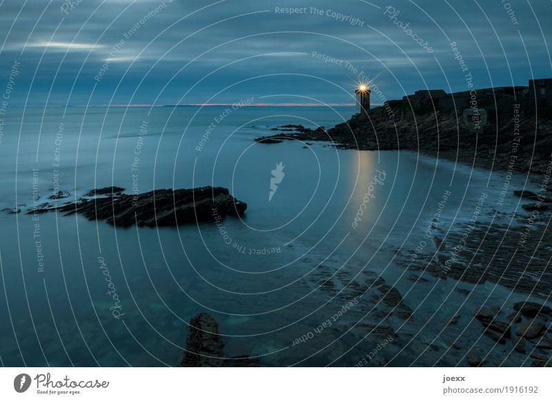 Wie weit Himmel blau Einsamkeit Wolken schwarz Küste Felsen historisch Fernweh Leuchtturm Heimweh