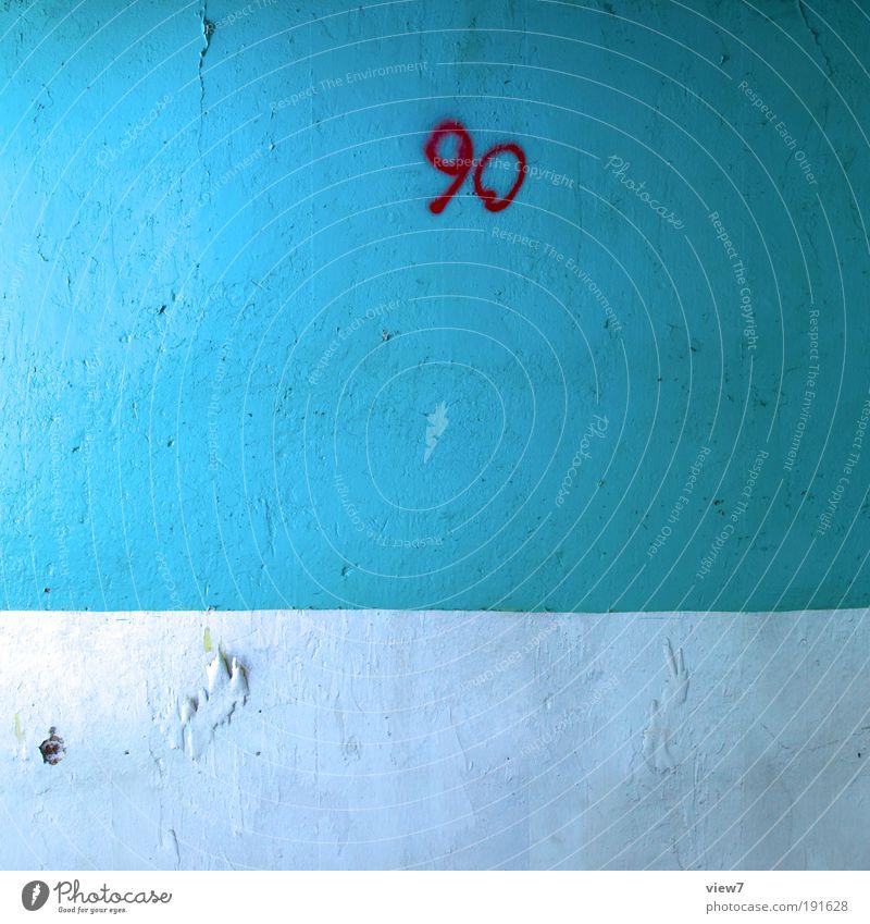 90. Mauer Wand Fassade Stein Beton Zeichen Ziffern & Zahlen Linie Streifen alt authentisch dunkel eckig einfach oben retro blau ästhetisch Design Einsamkeit