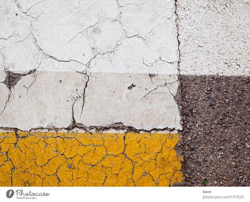 Straßenbild Gemälde Verkehrszeichen Verkehrsschild Stein Beton Linie Streifen gehen ästhetisch eckig unten gelb grau weiß Symmetrie Wege & Pfade Farbfoto