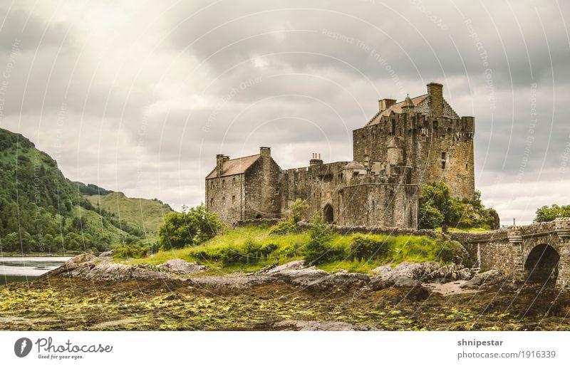 Eilean Donan Castle Ferien & Urlaub & Reisen Landschaft Wolken Berge u. Gebirge Architektur Wand Gebäude Mauer Tourismus Ausflug Europa Kultur Brücke Bauwerk