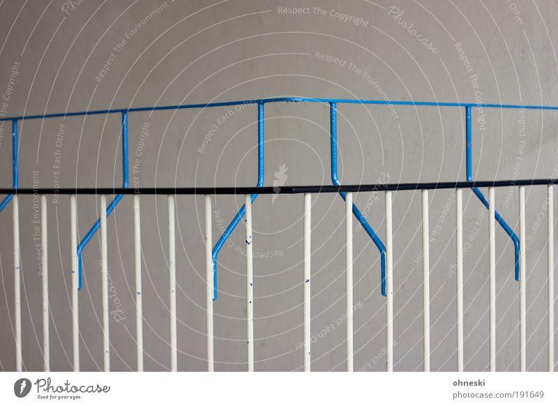 Geländer blau Metall Treppe Geländer Treppengeländer Barriere Treppenhaus Bildausschnitt Strebe Begrenzung Vor hellem Hintergrund