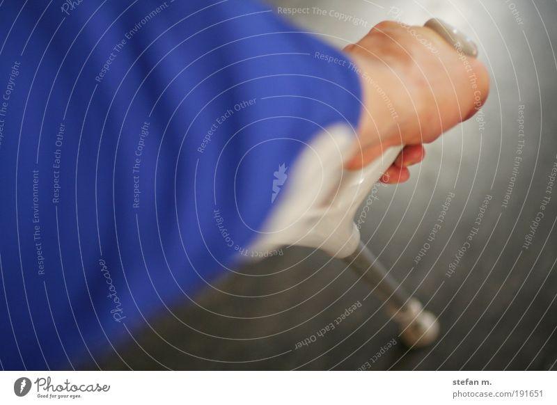 trying to walk Mensch Mann blau Hand Erwachsene grau gehen Arme maskulin Finger stehen Sauberkeit einfach Schutz Arzt Schmerz