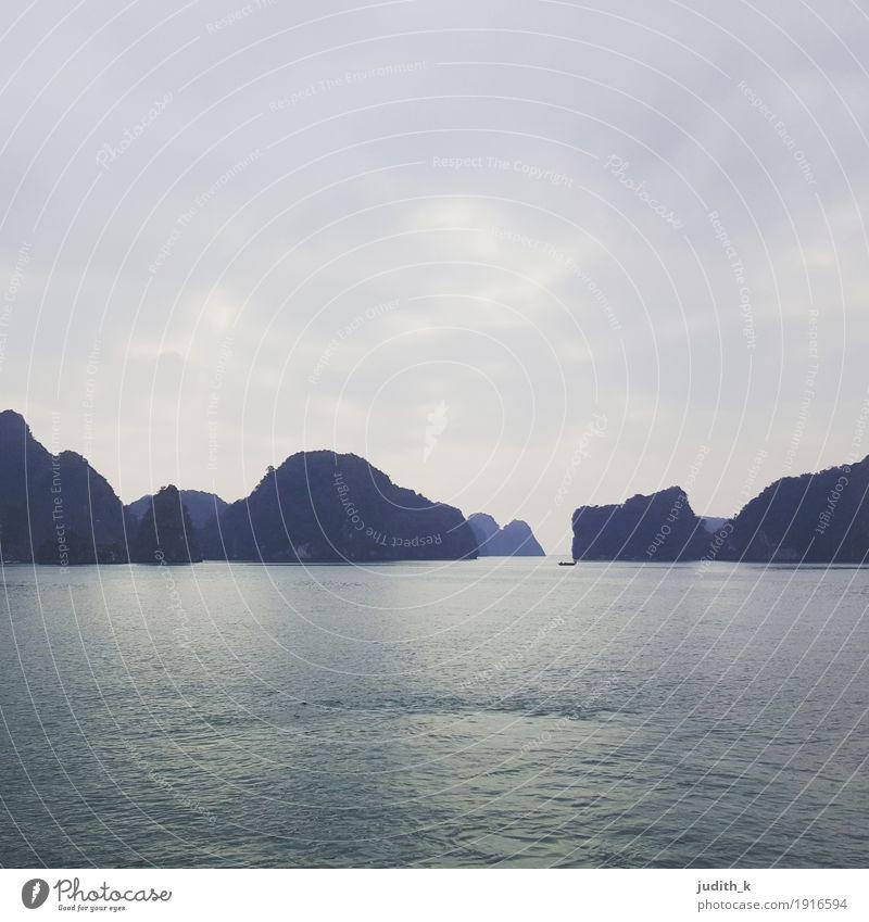 ... Bucht des untertauchenden Drachen - 01 ... Natur Luft Wasser Himmel Hügel Felsen Meer Insel See Karstberge Windstille Fischerboot Ferien & Urlaub & Reisen