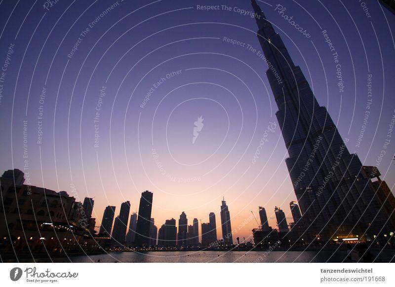 Schrägansicht Wasser Stadt Hochhaus Baustelle Turm Flughafen Skyline Gebäude Kran Bauarbeiter Dubai Sonnenuntergang Verkehr Vereinigte Arabische Emirate
