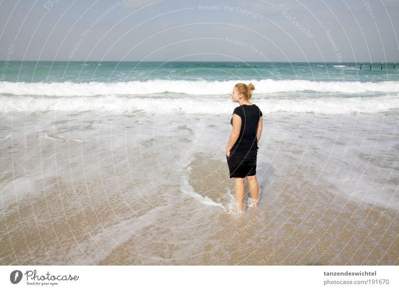 Sommergenuss im Winter 1 Frau Sonne Meer Strand Erholung Sand See Wellen blond Schönes Wetter Wasser genießen Shorts Barfuß Mensch Asien