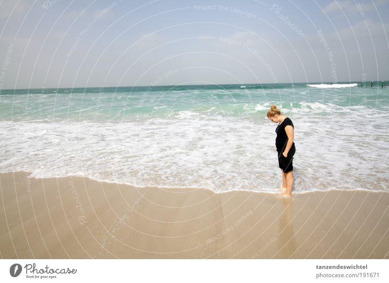 Sommergenuss im Winter 2 Frau Sonne Meer Strand Erholung Sand See Wellen blond Schönes Wetter genießen Shorts Barfuß Dinge Asien Meerwasser