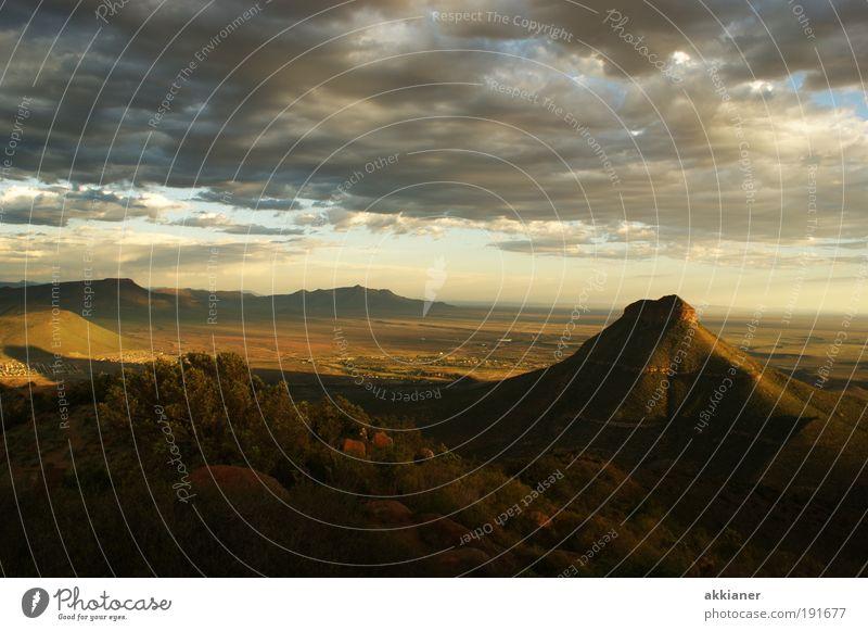 Weites Land Natur Himmel Pflanze Sommer Wolken Ferne Berge u. Gebirge Wärme Sand Landschaft hell braun Erde Wetter Umwelt