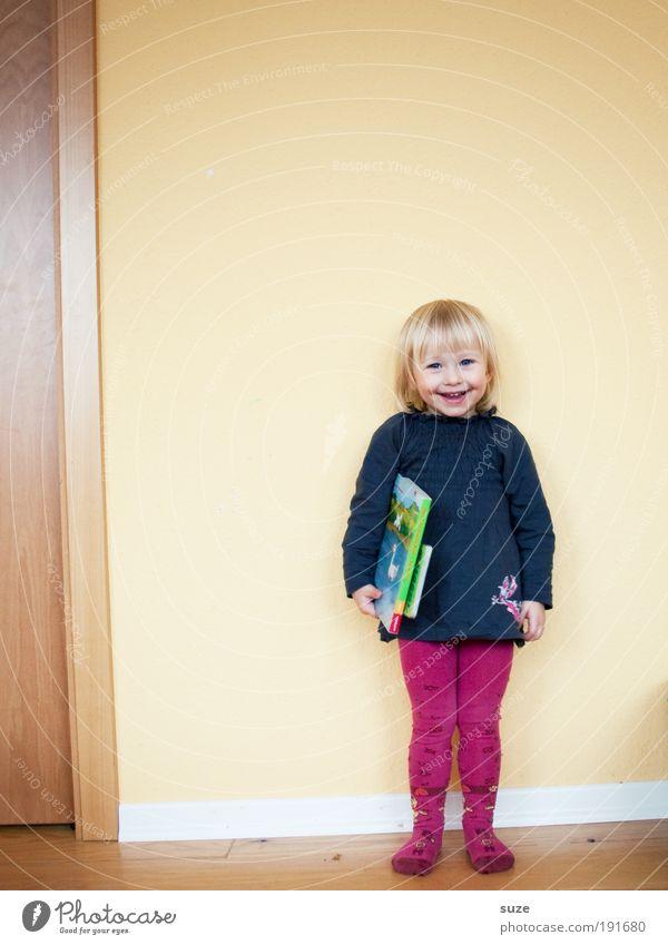 Sonnenschein Mensch Kind Mädchen Wand Spielen lachen klein Schule Kindheit Wohnung blond Freizeit & Hobby warten Buch lernen Fröhlichkeit