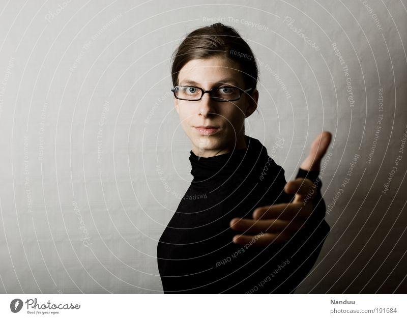 Los geht's Mensch feminin nerdig Brillenträger auffordern gestikulieren Spießer streng Hand Willkommen Optimismus Farbfoto Gedeckte Farben Studioaufnahme