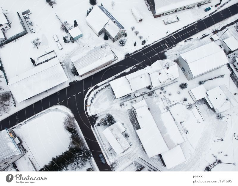 Hoch-Haus weiß Winter Haus schwarz Straße kalt Schnee oben Vogelperspektive grau träumen Luftaufnahme Wege & Pfade PKW Eis hell