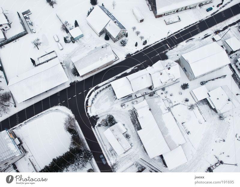 Hoch-Haus Winter Eis Frost Schnee Dorf Kleinstadt Menschenleer Dach Schornstein Verkehrswege Straße Straßenkreuzung Wege & Pfade PKW Häusliches Leben eckig hell