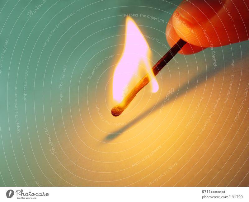 Feuer entzünden Kunst Gewitter Denken genießen Rauchen Aggression Freundlichkeit hell nah positiv Geschwindigkeit gelb Gefühle Sicherheit Schutz Streichholz