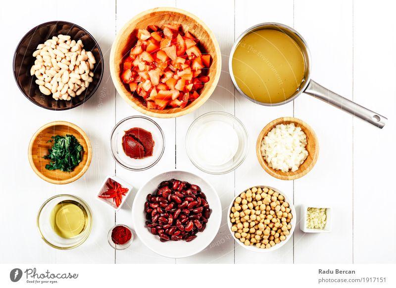 Draufsicht der Chili Bean Stew Food Ingredients auf weißer hölzerner Tabelle Lebensmittel Joghurt Milcherzeugnisse Gemüse Suppe Eintopf Kräuter & Gewürze