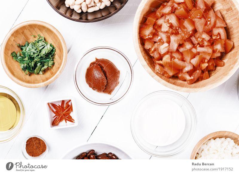 Frische Lebensmittelzutaten auf weißem hölzernem Küchentisch Farbe grün rot Speise Essen Gesundheit Holz oben Ernährung frisch Tisch einfach rund