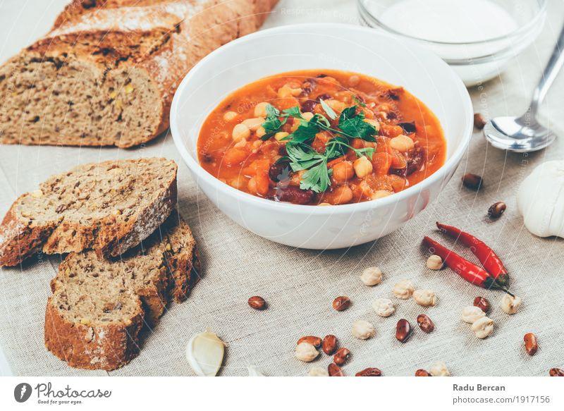 Chili-Bohnen-Eintopf, Brot, roter Chili-Pfeffer und Knoblauch Farbe grün weiß Speise Essen Gesundheit Lebensmittel braun oben Ernährung frisch einfach rund