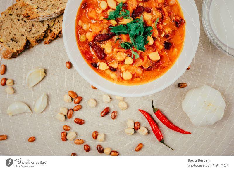 Chili-Bohnen-Eintopf, Brot bereit, gedient zu werden Lebensmittel Gemüse Suppe Kräuter & Gewürze Ernährung Essen Mittagessen Abendessen Bioprodukte