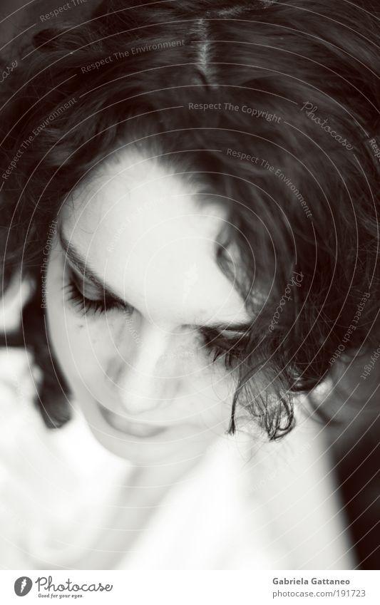 denn vom Leben kann man nicht erzählen. Gesicht ruhig dunkel feminin Gefühle Denken hell sitzen Romantik Lippen fallen Schmerz Müdigkeit Porträt Nostalgie