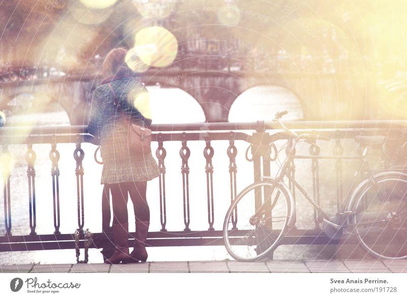 . Mensch Jugendliche Wasser Stadt Erwachsene Herbst feminin Wärme Stil Fahrrad rosa Fassade Brücke stehen 18-30 Jahre einzigartig