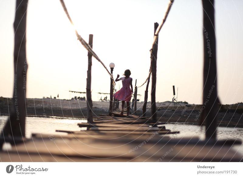 Mensch Kind Wasser Mädchen alt Himmel Sonne Meer Sommer Freude Strand Freiheit Holz Sand Küste laufen