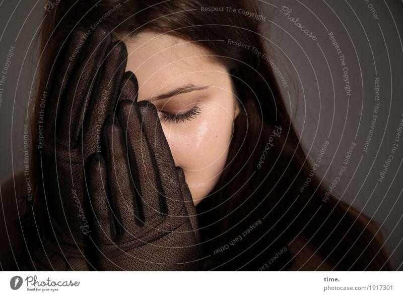 . feminin Frau Erwachsene 1 Mensch Handschuhe brünett langhaarig festhalten träumen Traurigkeit dunkel schön Leidenschaft Sicherheit Schutz Sorge Trauer