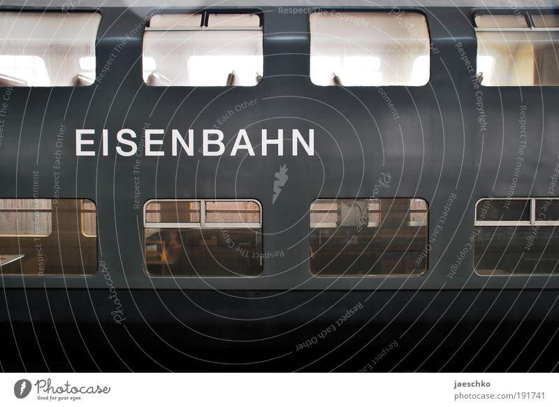 Très Grande Tristesse Verkehr Verkehrsmittel Personenverkehr Öffentlicher Personennahverkehr Schienenverkehr Bahnfahren Eisenbahn Personenzug alt kalt grau