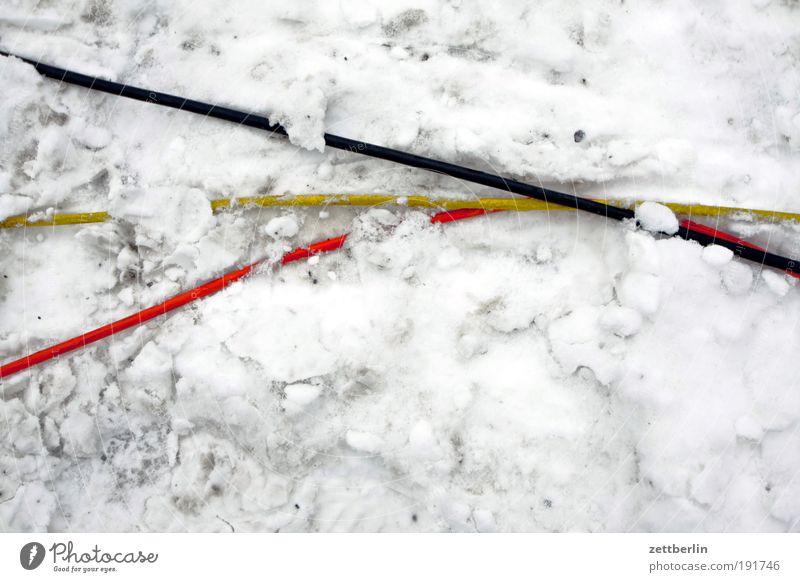 Deutschland im Winter Schnee Schneedecke Eis Neuschnee altschnee Winterdienst Schneewehe Schneeberg Schneeflug räumdienst Kabel Stahlkabel Elektrizität Leitung