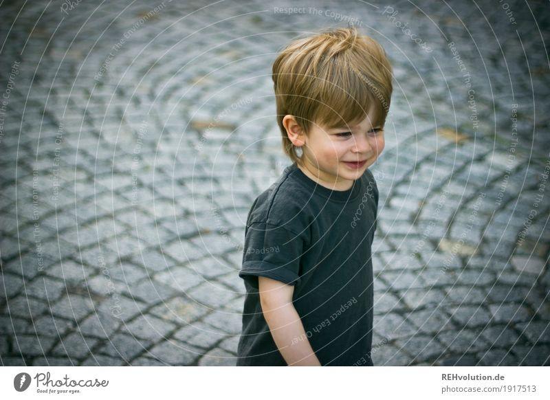 auf dem campus Mensch Kind Sommer Freude Straße Stil Junge klein Glück grau Stein gehen Zufriedenheit maskulin Kindheit authentisch