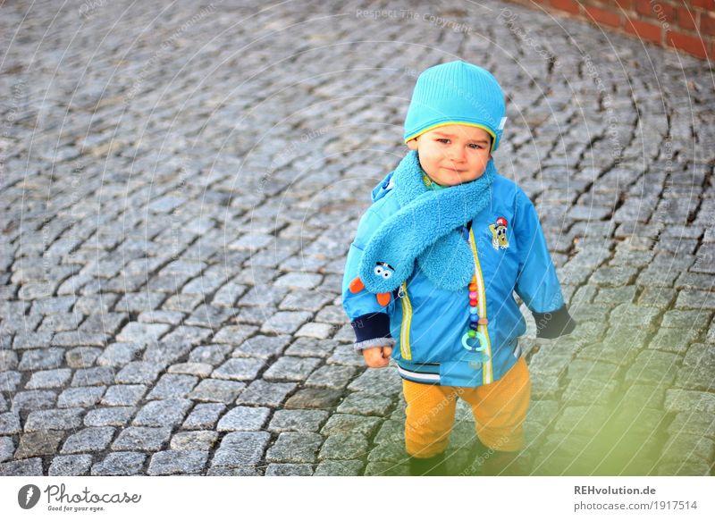 kopfsteinpflaster Mensch Kind blau Straße natürlich Junge klein grau gehen Kindheit authentisch stehen Lächeln niedlich Neugier Sicherheit