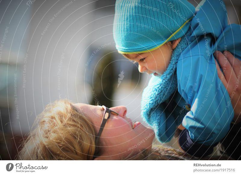 Wiedersehensfreude Mensch Kind Frau Jugendliche blau Stadt Junge Frau Freude 18-30 Jahre Gesicht Erwachsene natürlich feminin klein Glück oben