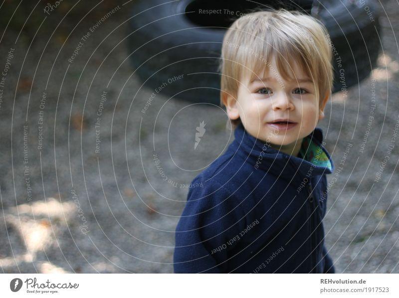 auf dem Spielplatz Freizeit & Hobby Spielen Mensch maskulin Kind Kleinkind Junge Kindheit Gesicht 1 1-3 Jahre Pullover Sand Lächeln authentisch Freundlichkeit