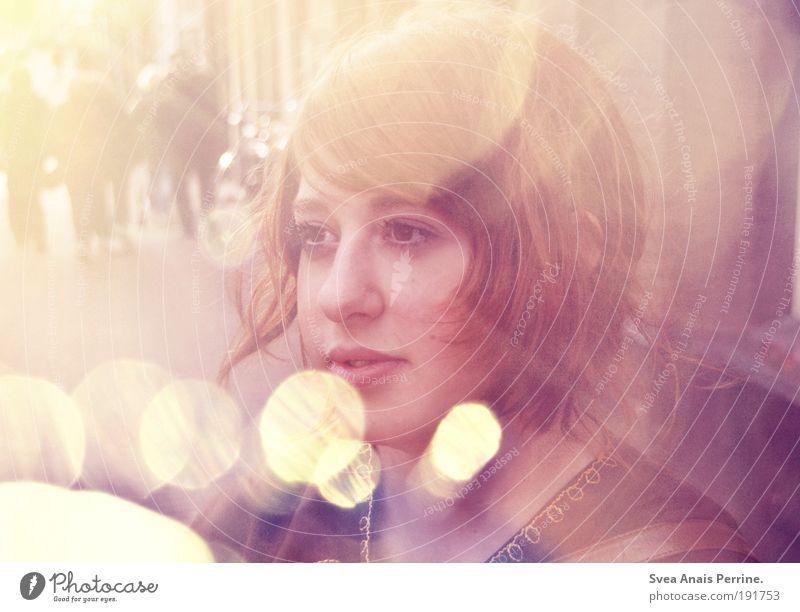 so muss das sein. Stil feminin Junge Frau Jugendliche Kopf Haare & Frisuren Gesicht Auge Mund 1 Mensch 18-30 Jahre Erwachsene Mauer Wand Hemd brünett genießen